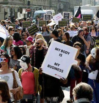 زنان و دختران جوان فاحشه و بدکاره در فرانسه تظاهرات کردند!