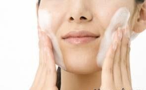 تاثیر شگفت انگیر استفاده جوش شیرین روی پوست زن جوان