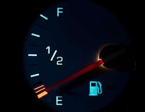 قبل از اینکه آمپر بنزین خودرو روشن شود باک را پر کنید!