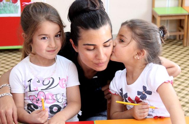 عکس های اکسیس در سریال پاتریکس در کنار همسرش و فرزندانش