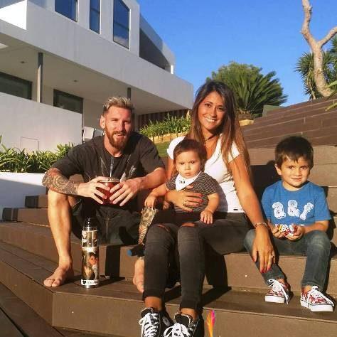 مسی در کنار نامزد و دو فرزندش