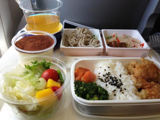 آيا ميدانيد علت بی مزه بودن غذاها در هواپیما چیست؟