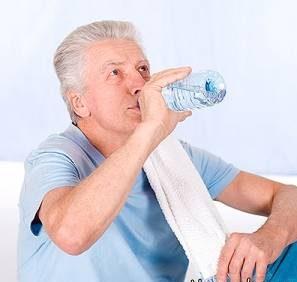چگونه آب بنوشیم تا موجب نفخ نشود؟