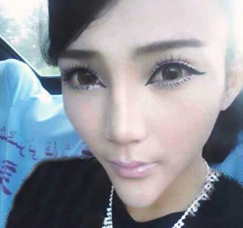 شکل عجیب صورت این دختر باعث شد معروف شود!