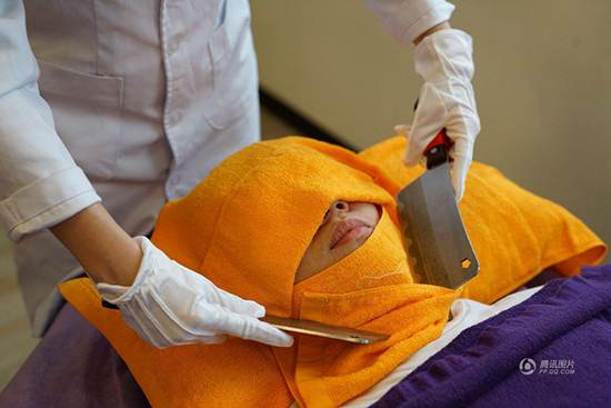 عکس های عجیب از ماساژ بدن با چاقوهای تیز و ساطور در تایلند!