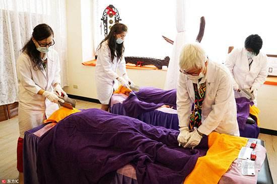Photo of عکس های عجیب از ماساژ بدن با چاقوهای تیز و ساطور در تایلند!