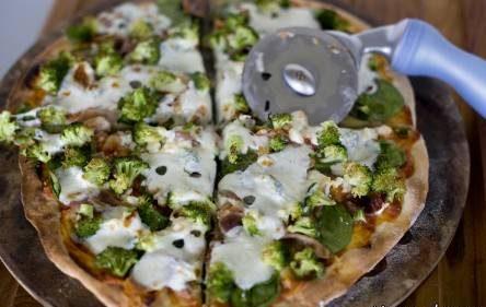 طرز تهیه پیتزای اسفناج و بروکلی