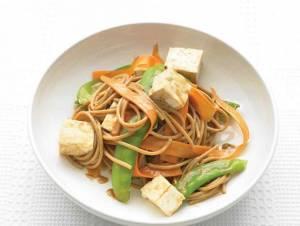طرز تهیه اسپاگتی گندم با سبزیجات و سس بادام زمینی