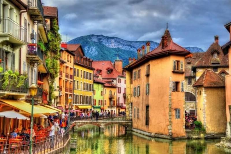 آنسی در جنوب شرقی فرانسه در کنار کوههایآلپ(Annecy, France)