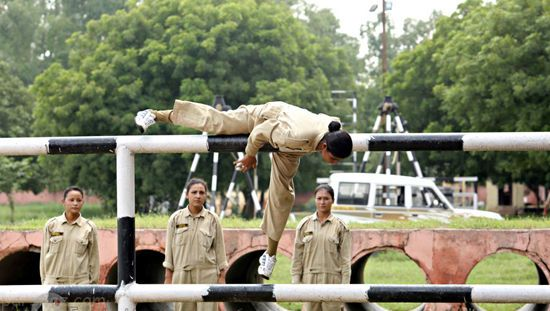 عکس های دختران زیبای هندی در حال تمرینات نظامی