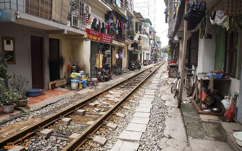 راه آهن عجیب این شهر که از وسط کوچه شلوغ رد می شود!
