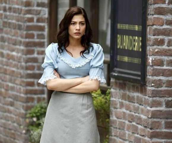 بیوگرافی دمت اوزدمیر بازیگر نقش آصلی در سریال بوی توت فرنگی