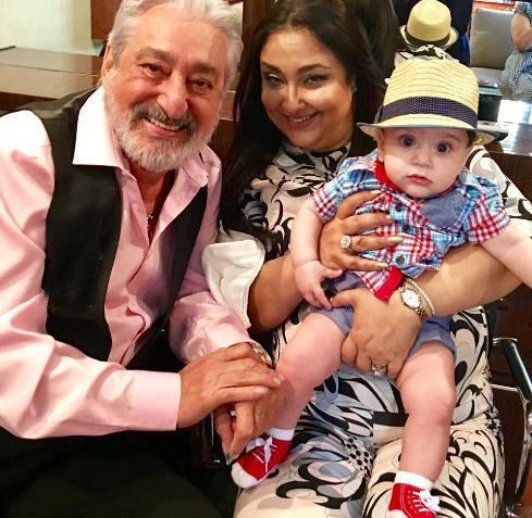 Photo of عکس ابراهیم حامدی (ابی) در کنار همسر و نوه اش