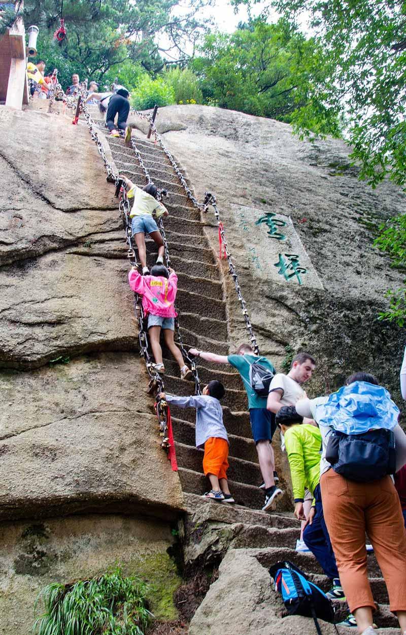 کوه های هوآشان در چین خطرناک ترین مسیر پیاده روی در جهان