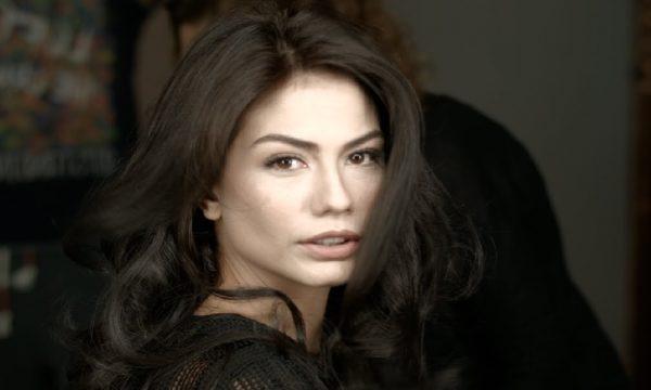 بیوگرافی دمت اوزدمیر بازیگر نقش صنم در سریال عطر عشق