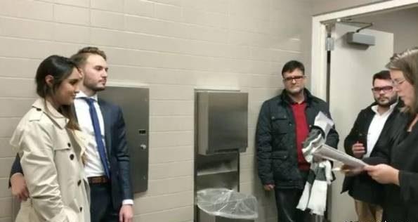 مراسم عروسی زن و مرد جوان در توالت عمومی برگزار شد