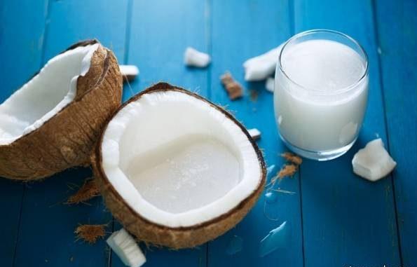 شیر نارگیل با آب نارگیل