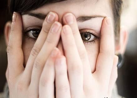 حیا با خجالت و کمرویی چه تفاوتی دارد و چه کنیم کمرو نباشیم؟