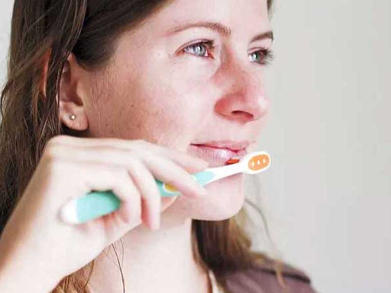 روش لایه برداری طبیعی پوست لب با عسل، شکر و وازلین