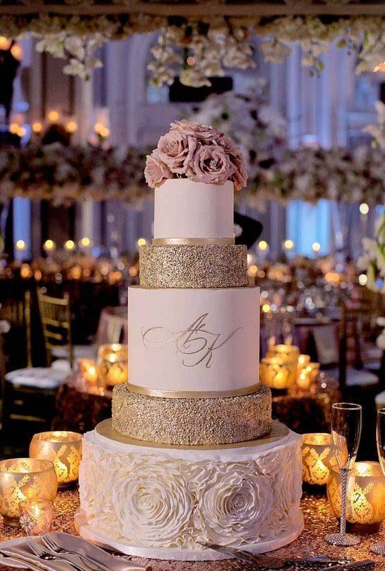 تصاویر کیک عروسی سفید با تزیینات گل طبیعی