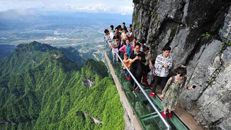 عکس های ترسناک ترین پیاده روی دنیا در ارتفاع 1400 متری روی شیشه!