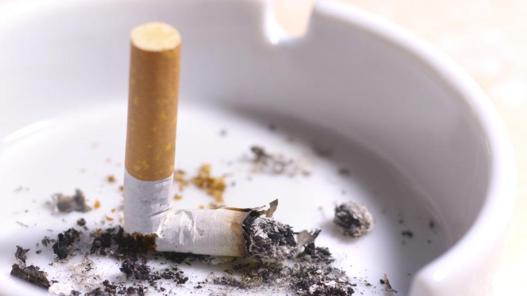 حکم سیگار یا قلیان کشیدن در ماه رمضان چیست و نظر مراجع تقلید چیست؟
