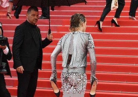 پا برهنه شدن بازیگر زن معروف روی فرش قرمز کن! + عکس