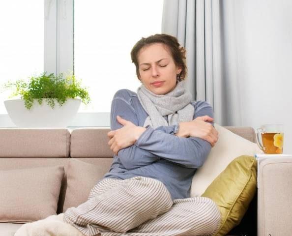 دلیل سرد شدن بیشتر بدن زنان نسبت به مردان چیست و چطور درمان می شود؟