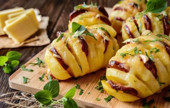 طرز تهیه سیب زمینی شکم پر با سوسیس چوریزو و پنیر