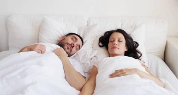 خوابیدن در کنار همسر