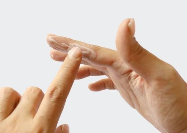 نحوه پاک کردن چسب قطره ای روی پوست دست