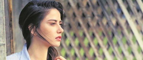 اوزگه گورل بازیگر نقش نازلی در سریال قرص ماه