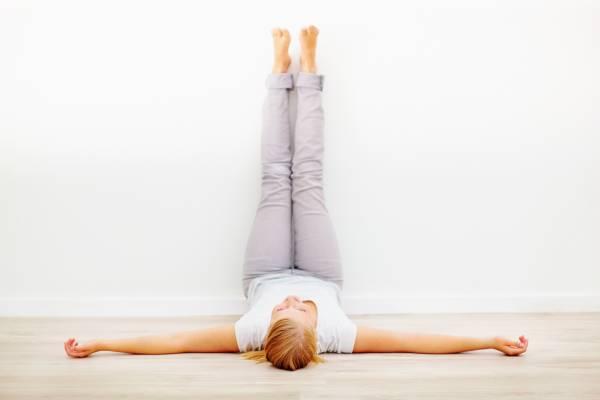 فواید عالی خوابیدن روی کمر و بالا بردن و چسباندن پاها به دیوار