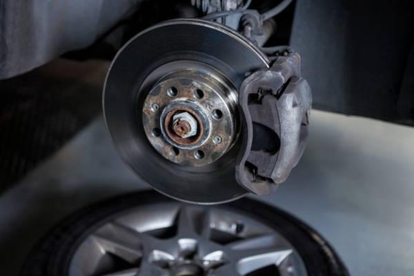 Photo of نشانه های خرابی سیستم و لنت ترمز خودرو