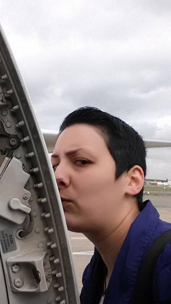 رابطه عاشقانه زن جوان با هواپیما و ازدواج با هواپیما!