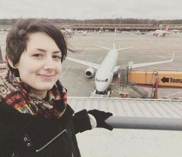 Photo of رابطه عاشقانه زن جوان با هواپیما و ازدواج با هواپیما!