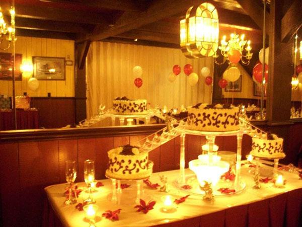 تزیین میز تولد با گل و شمع