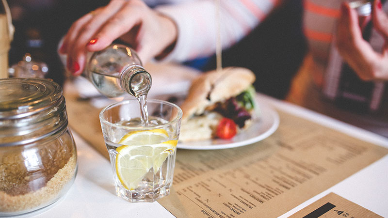 Photo of مضرات خوردن آب در هنگام غذا خوردن | چرا نباید هنگام غذا خوردن آب خورد
