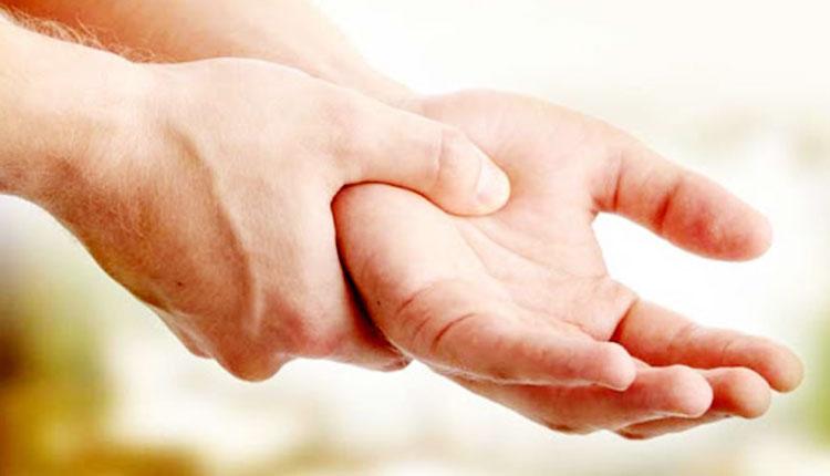 دلیل لرزش دست چیست و چگونه این عارضه درمان می شود؟