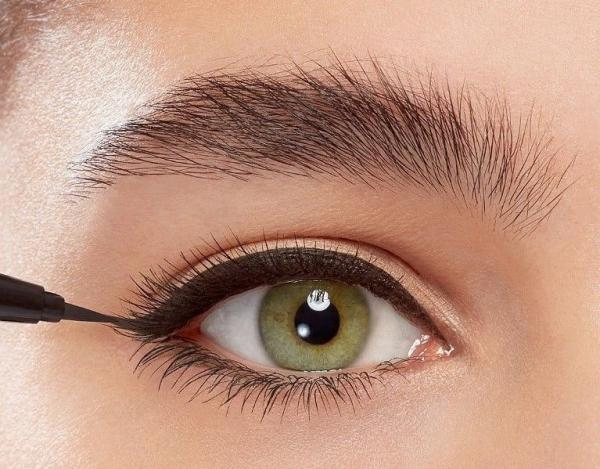 خط چشم کشیدن با خط چشم ماژیکی