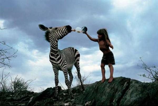 دختری که با حیوانات زندگی می کند
