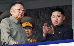 کیم جونگ وان (سمت راست) در کنار کیم جونگ ایل (سمت چپ)