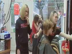 کلیپ دوربین مخفی در آرایشگاه و شیطنت دخترها