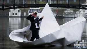 بزرگترین قایق کاغذی جهان به آب انداخته شد