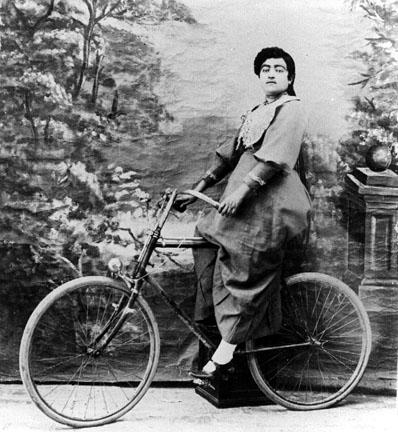 عکس قدیمی از زن دوچرخه سوار قاجار