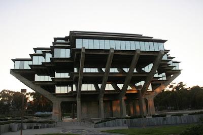 .کتابخانه UCSD Geisel (سن دیگو، کالیفرنیا، ایالات متحده)