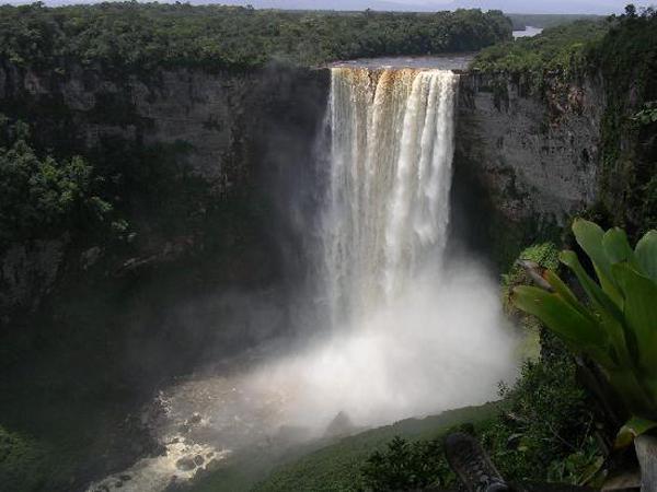 ۱۰ آبشار ناشناخته و زیبای جهان !