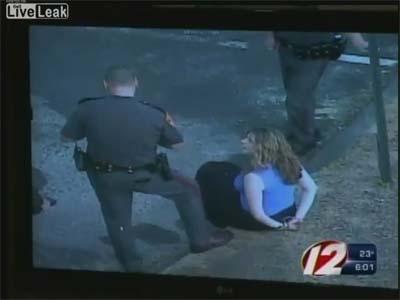 کلیپ زن آزاری یک پلیس آمریکایی