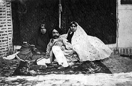 ناصرالدین شاه در حرمسرا