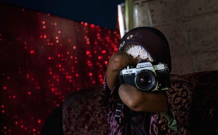 خانم عکاس بدون دست که آتلیه عکاسی دارد